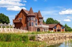 Modernt hus på sjön i solig dag för sommar Fotografering för Bildbyråer