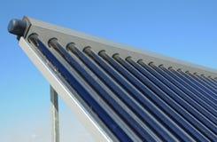 Modernt hustak med den sol- vattenvärmeapparaten, solpaneler Sol- system för vattenpaneluppvärmning Royaltyfri Bild