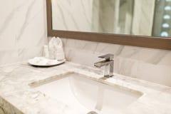 Modernt hygieniskt tv?ttar klappet i hotellbadrummet arkivfoton