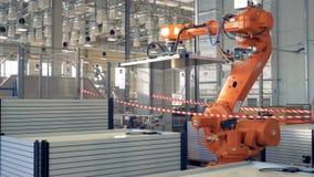 Modernt industriellt fabriksbegrepp Robotic armemballageprodukter stock video