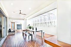 Modernt inomhus uteplatsområde med bänkar och ingången arkivbild