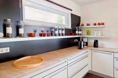 modernt inre kök för hus Arkivbilder