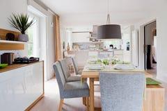 modernt inre kök för hus Arkivfoton