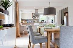 modernt inre kök för hus Arkivbild