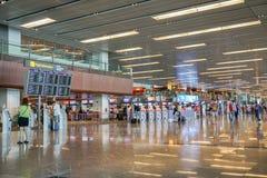 Modernt inre och folk i flygplatsen för bagageincheckningen som tas i den Changi flygplatsen Singapore royaltyfri fotografi