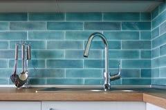 Modernt kök, en bild av en vattenkran arkivbild