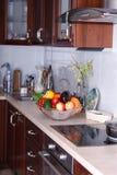 Modernt kök i den ljusa lägenheten Royaltyfria Bilder