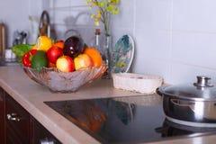 Modernt kök i den ljusa lägenheten Fotografering för Bildbyråer
