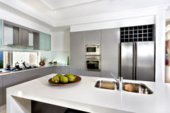 Modernt kök i det lyxiga huset Royaltyfri Foto