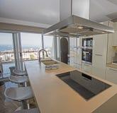 Modernt kök i en lyxig lägenhet Arkivfoto
