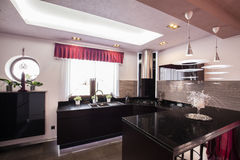 Modernt kök i lyxigt hus royaltyfri foto