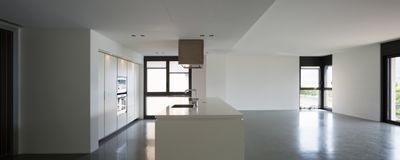 Modernt kök i ny falt arkivfoto