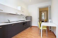 Modernt kök i ny lägenhet arkivbild