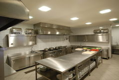 Modernt kök i restaurang Arkivbilder