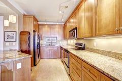 Modernt kök med den granitblast och ön Royaltyfri Foto