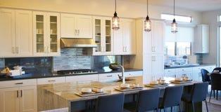 Modernt kök med en frukoststång fotografering för bildbyråer