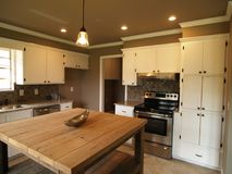 Modernt kök med vitt kabinetter och rostfritt stål fotografering för bildbyråer
