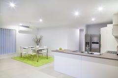 Modernt kök och äta middag område royaltyfria foton