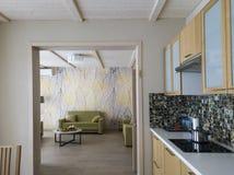 Modernt kök och vardagsrum royaltyfria foton