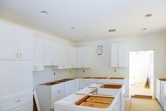 Modernt köksskåp för installation av möblemangdetaljer arkivfoton