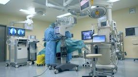 Modernt kirurgiskt rum med medicinsk utrustning, kirurgisk robot Innovativt medicinbegrepp lager videofilmer