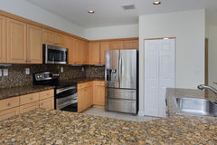 Modernt kök med graniträknareblast Royaltyfri Fotografi