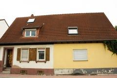 Modernt klassiskt hus på den Sandhausen byn i Heidelberg, Tyskland arkivfoto