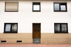Modernt klassiskt hus på den Sandhausen byn i Heidelberg, Tyskland arkivbild