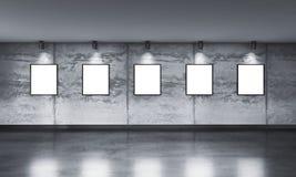 Modernt konkret gallerirum med riktningsstrålkastaren Royaltyfria Foton