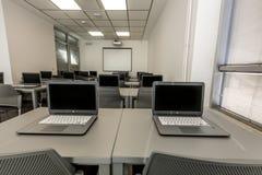Modernt kontor, arbetsskrivbord med bärbara datorer Djupgående fotografi Arkivfoton