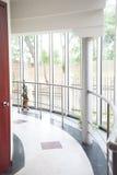 modernt kontor för korridor Arkivbilder