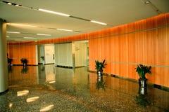 modernt kontor för lobby Royaltyfria Bilder