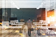 Modernt kontor för vit och för svart, affärsman Royaltyfri Foto