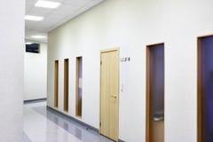 modernt kontor för korridor Arkivfoton