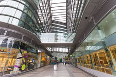 Modernt kontor glasad byggnad med shoppinggallerian Affärsmitt, London, Förenade kungariket Royaltyfri Foto