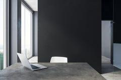 Modernt kontor med bärbara datorn och copyspace Arkivbild