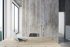 Modernt kontor med bärbara datorn och copyspace Royaltyfri Bild