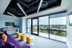 Modernt kontor med en enorm sikt royaltyfri foto