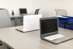 Modernt kontor, närbild på arbetsskrivbordet med bärbara datorn Royaltyfri Fotografi