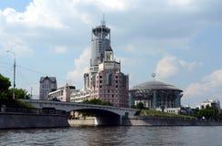 Modernt kontorskomplex på invallningen för nyckelVodootvodny kanal Royaltyfria Bilder