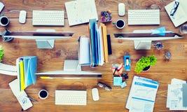 Modernt kontorsskrivbord med datorer och kontorshjälpmedel royaltyfri fotografi