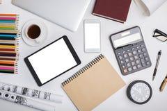 Modernt kontorsskrivbord med elektroniska grejer Royaltyfria Bilder