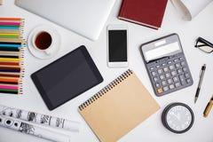 Modernt kontorsskrivbord med elektroniska grejer Arkivfoto