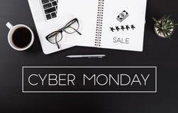 Modernt kontorsskrivbord med homepage för Cybermåndag meddelande Arkivfoto