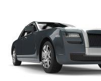 Modernt kritisera skottet för closeupen för den låga vinkeln för den lyxiga affären för grå färger det bil- stock illustrationer
