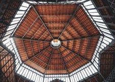 Modernt kupoltak, sikt från inre royaltyfri foto