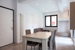 Modernt lägenhetvardagsrum royaltyfri foto