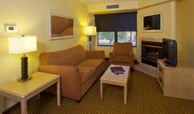 Modernt lägenhetvardagsrum Arkivfoton