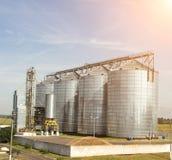Modernt lagringskomplex för oljefrörapsfröt och andra korn, korn, mot en blå himmel, silo royaltyfria bilder