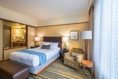 Modernt ledar- sovrum i ett hotell Arkivfoto